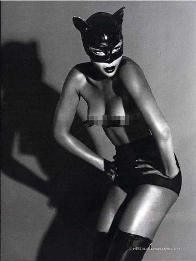 'Báo đen' Naomi Campbell đăng ảnh selfie lộ cả ngực trần tuổi 50 ảnh 6