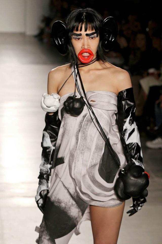 Người mẫu hoá khỉ trên sàn diễn thời trang gây 'sốc' ảnh 3