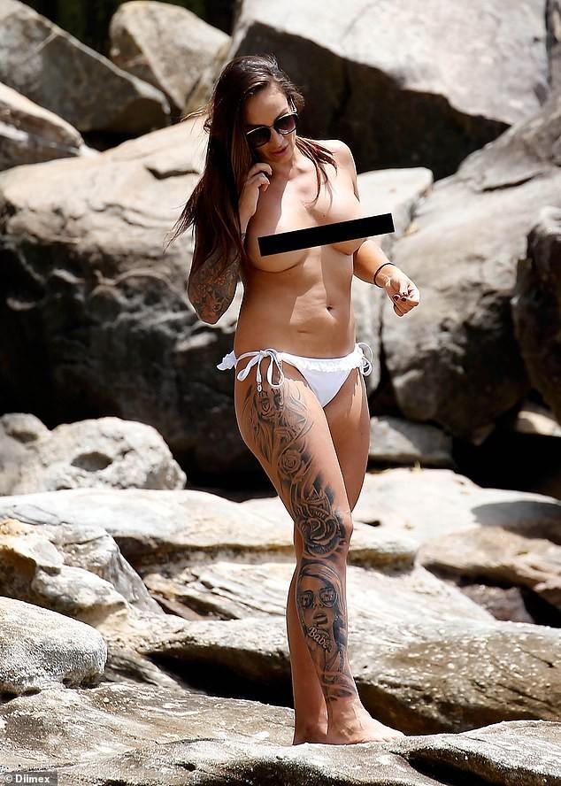 'Nóng mặt' sao truyền hình Anh vô tư cởi trần trên bãi biển ảnh 1