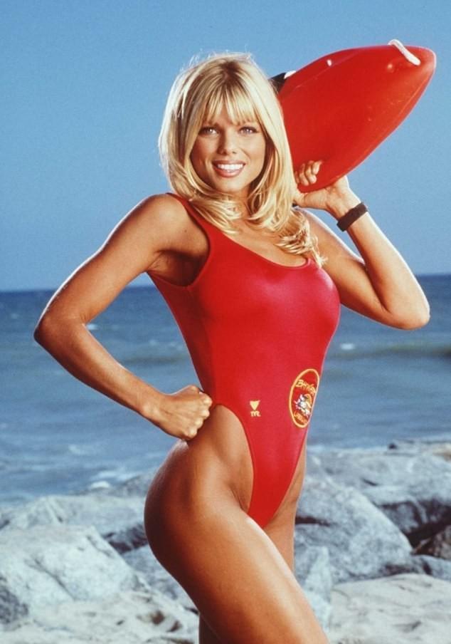 Cựu mẫu Playboy U55 khoả thân, phủ sơn lên người để làm từ thiện ảnh 3
