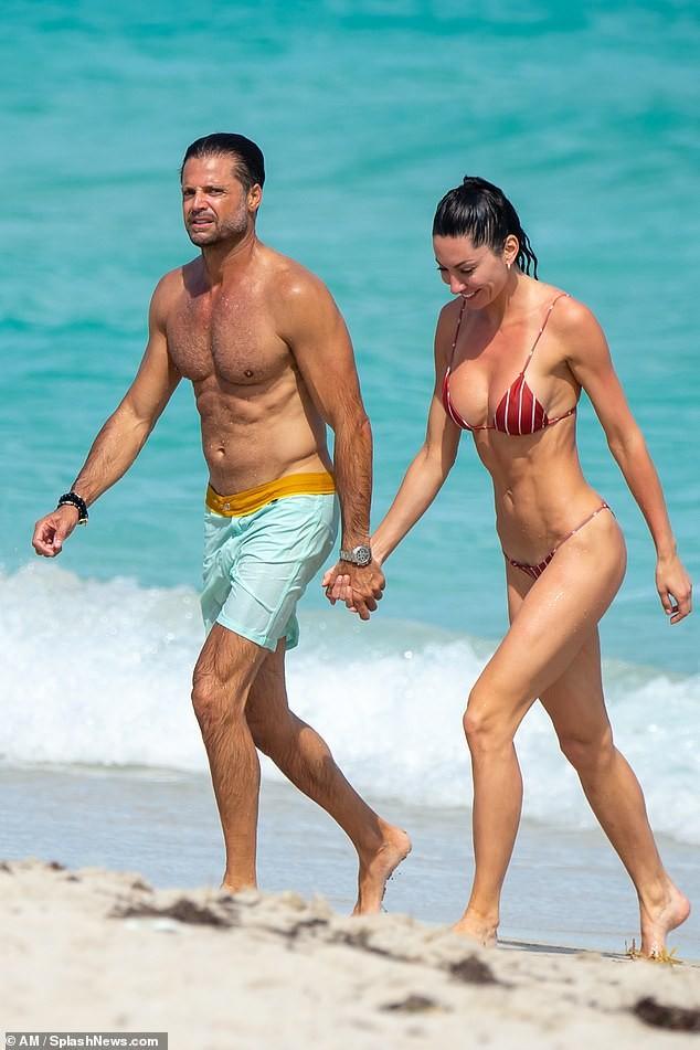 Chồng cũ cựu mẫu Playboy Brooke Burke hôn đắm đuối gái lạ 'bốc lửa' trên biển ảnh 1