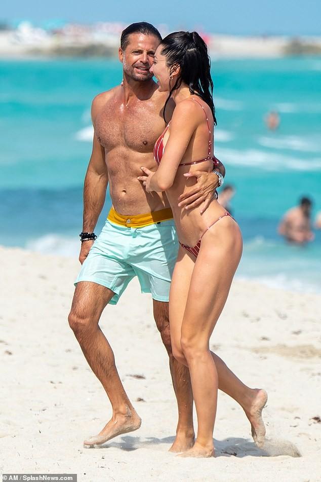Chồng cũ cựu mẫu Playboy Brooke Burke hôn đắm đuối gái lạ 'bốc lửa' trên biển ảnh 3