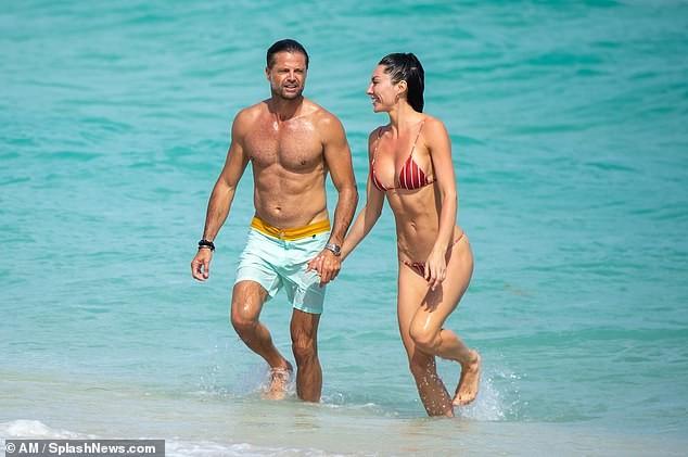 Chồng cũ cựu mẫu Playboy Brooke Burke hôn đắm đuối gái lạ 'bốc lửa' trên biển ảnh 4