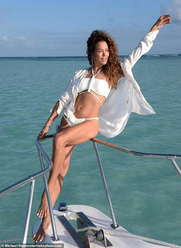 Chồng cũ cựu mẫu Playboy Brooke Burke hôn đắm đuối gái lạ 'bốc lửa' trên biển ảnh 6