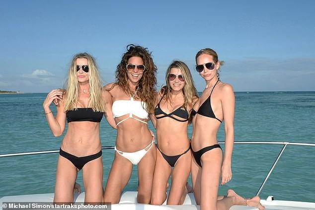 Chồng cũ cựu mẫu Playboy Brooke Burke hôn đắm đuối gái lạ 'bốc lửa' trên biển ảnh 7