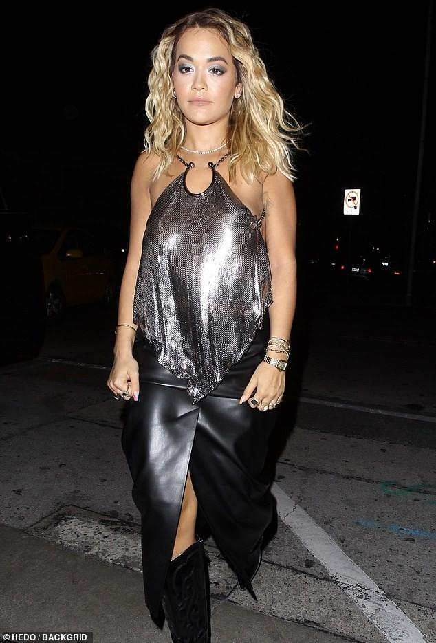 Rita Ora mặc áo yếm mỏng tang, lộ vòng một 'không nội y' chảy xệ ảnh 3