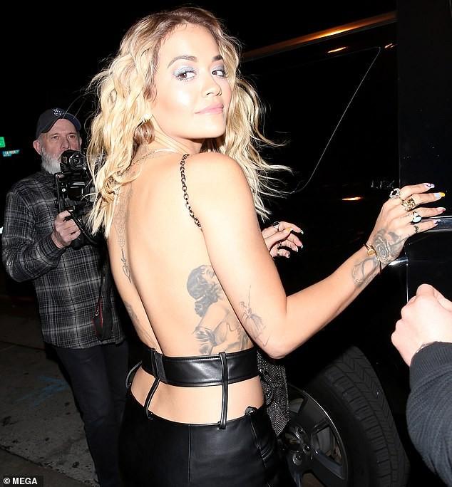 Rita Ora mặc áo yếm mỏng tang, lộ vòng một 'không nội y' chảy xệ ảnh 5