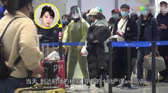 Thời trang sân bay mùa Covid-19 của Dương Tử gây sốt ảnh 2