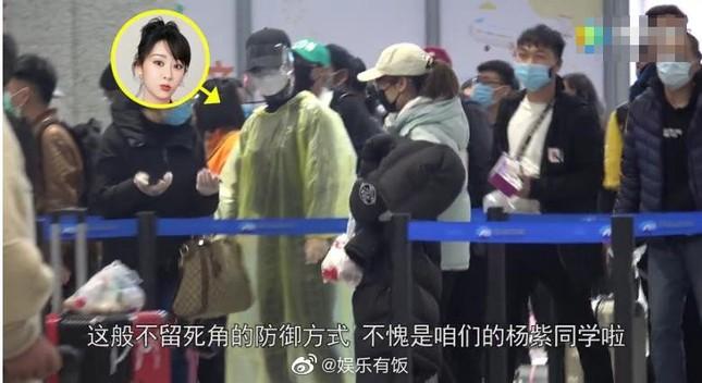 Thời trang sân bay mùa Covid-19 của Dương Tử gây sốt ảnh 3