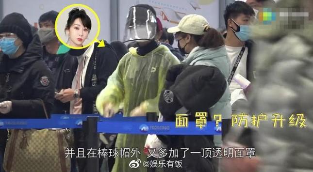 Thời trang sân bay mùa Covid-19 của Dương Tử gây sốt ảnh 4