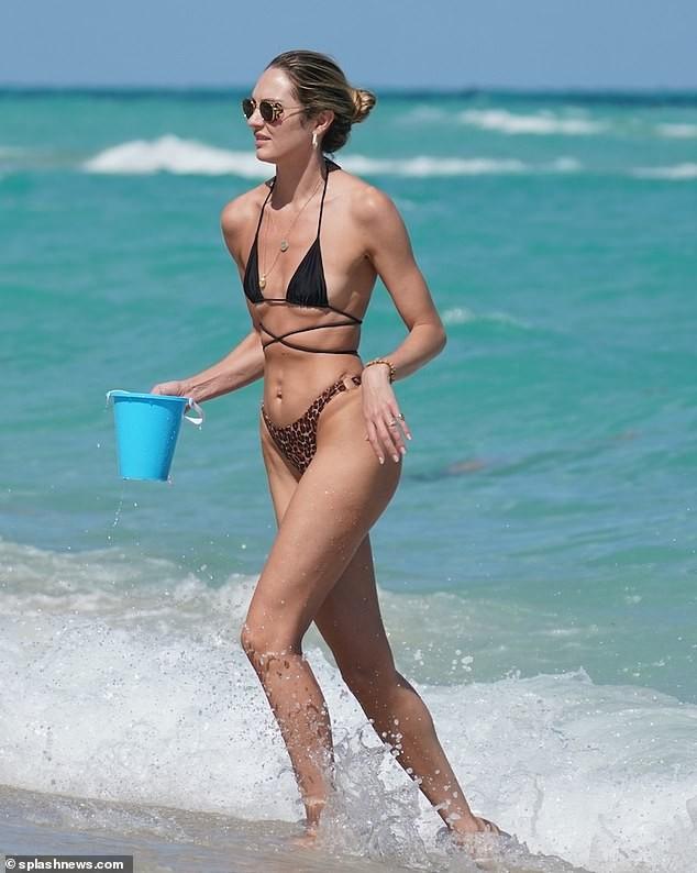 Candice Swanepoel khoe dáng nóng bỏng với bikini siêu bé bất chấp dịch Covid-19 ảnh 2