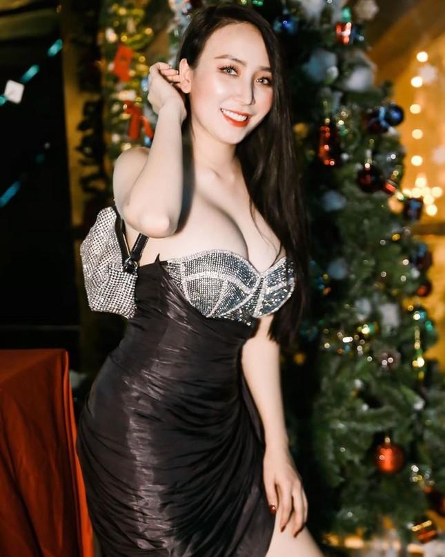 Bà xã DJ của Khắc Việt khoe bụng bầu với áo tắm, nhưng vòng 1 ngoại cỡ mới gây chú ý ảnh 4