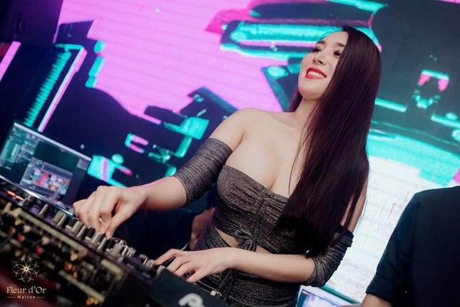 Bà xã DJ của Khắc Việt khoe bụng bầu với áo tắm, nhưng vòng 1 ngoại cỡ mới gây chú ý ảnh 5