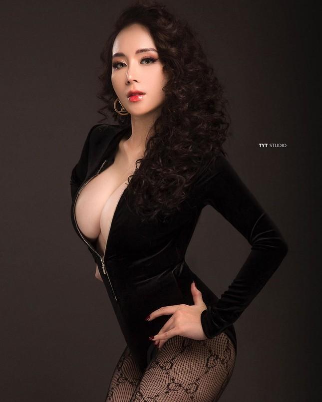 Bà xã DJ của Khắc Việt khoe bụng bầu với áo tắm, nhưng vòng 1 ngoại cỡ mới gây chú ý ảnh 3