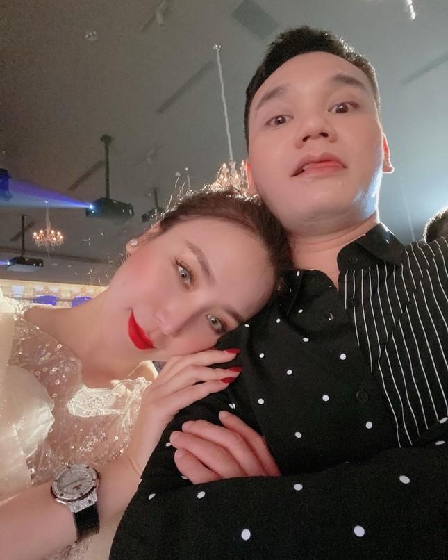 Bà xã DJ của Khắc Việt khoe bụng bầu với áo tắm, nhưng vòng 1 ngoại cỡ mới gây chú ý ảnh 6
