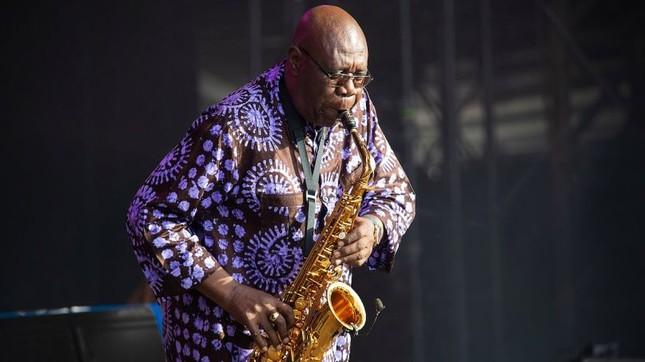 Huyền thoại saxophone qua đời, 'vua hài' Nhật Bản nguy kịch vì Covid-19 ảnh 2