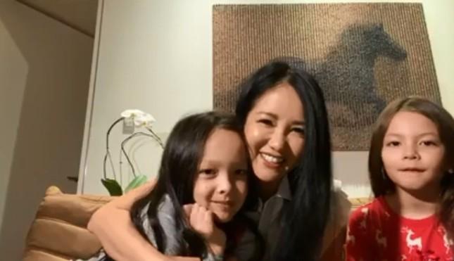 Livestream ở nhà, diva Hồng Nhung vô tình để lộ bạn trai ngoại quốc ảnh 1
