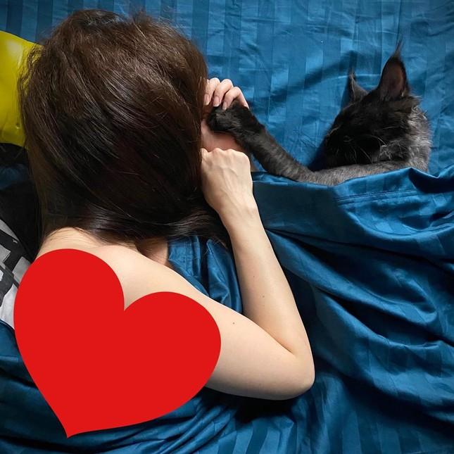 Sao Việt cách ly ngày 8: Trấn Thành tung ảnh 'giường chiếu' của Hari Won ảnh 1
