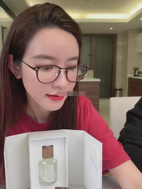Mẫu 8x livestream để trợ lý đấm bụng chứng minh không có thai với chủ tịch Taobao ảnh 1