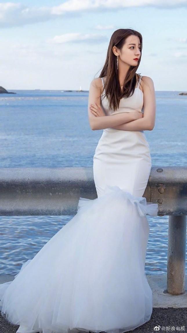 'Mỹ nhân Tân Cương' Địch Lệ Nhiệt Ba đẹp nao lòng trong tạo hình cô dâu ảnh 1