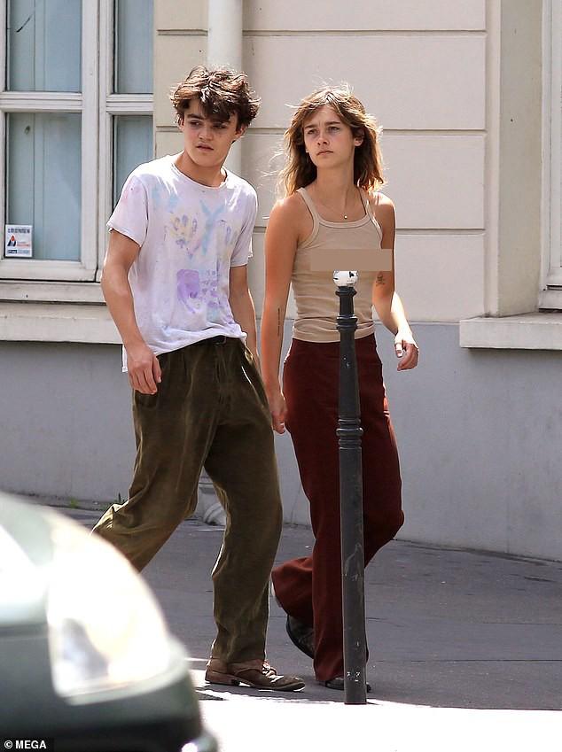 Dẫn bạn gái 'thả rông' xuống phố, con trai Johnny Depps bị chỉ trích ảnh 1