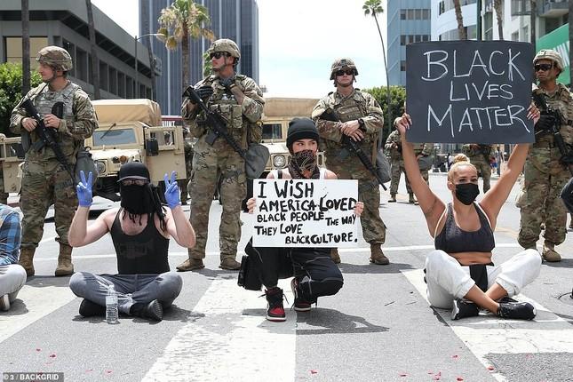 Loạt sao Hollywood liên tục xuống đường biểu tình ủng hộ người da đen ảnh 17