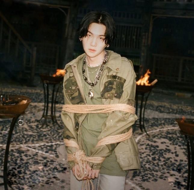 Thành viên nhóm BTS bị chỉ trích vì dẫn giọng nói của kẻ thảm sát hơn 900 người ảnh 1