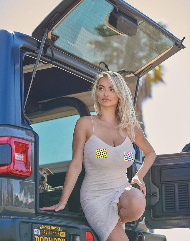 Mỹ nhân Playboy Lindsey Pelas khoe 'siêu vòng 1' với áo xuyên thấu ảnh 4