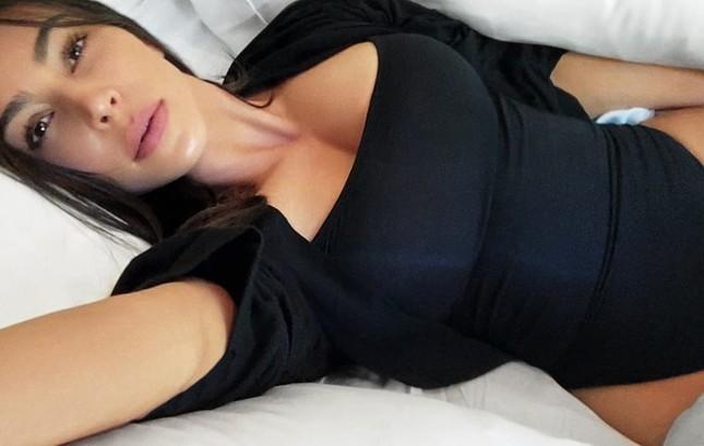 Kim Kardashian khoe vòng 1 'khủng' với nội y ảnh 6