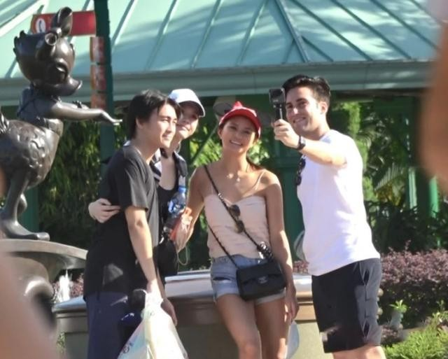Hề Mộng Dao và chồng đi chơi giữa lúc chuẩn bị tang lễ cho 'vua sòng bài' Macau ảnh 3