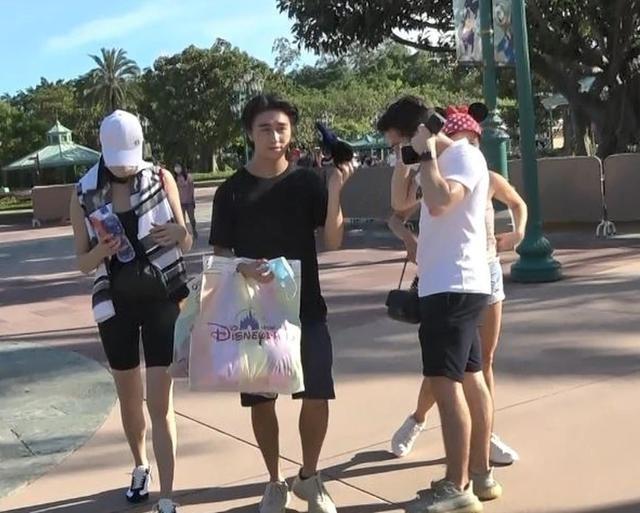 Hề Mộng Dao và chồng đi chơi giữa lúc chuẩn bị tang lễ cho 'vua sòng bài' Macau ảnh 2