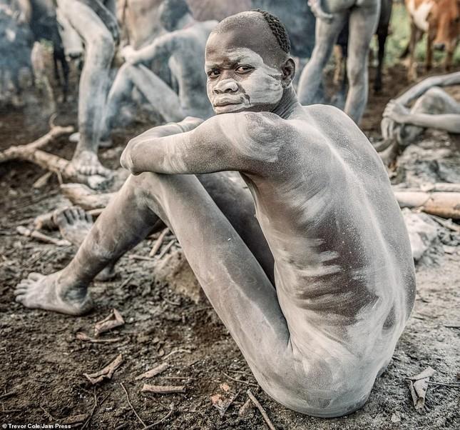 Bị vây cướp và bắt giữ, nhiếp ảnh gia chụp được bộ ảnh độc và ấn tượng về thổ dân Ethiopia ảnh 10