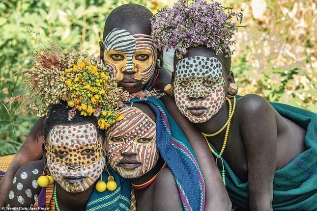 Bị vây cướp và bắt giữ, nhiếp ảnh gia chụp được bộ ảnh độc và ấn tượng về thổ dân Ethiopia ảnh 11