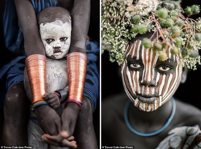 Bị vây cướp và bắt giữ, nhiếp ảnh gia chụp được bộ ảnh độc và ấn tượng về thổ dân Ethiopia ảnh 12