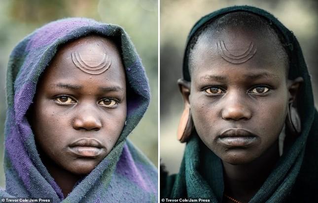Bị vây cướp và bắt giữ, nhiếp ảnh gia chụp được bộ ảnh độc và ấn tượng về thổ dân Ethiopia ảnh 13