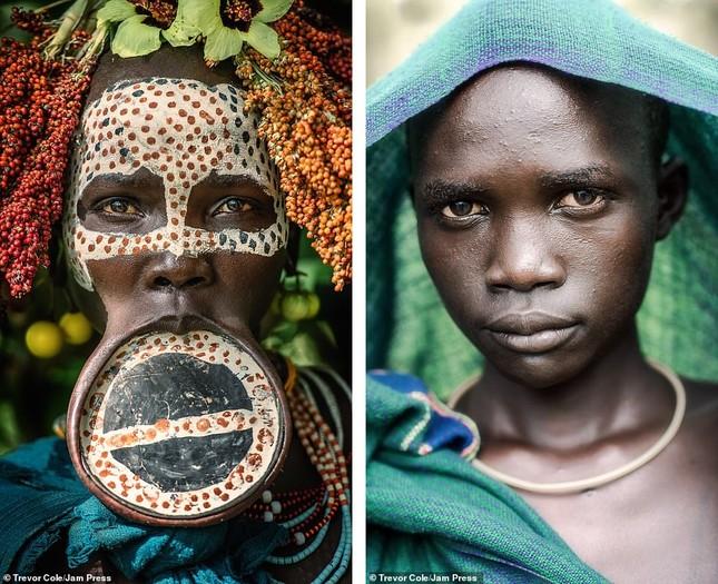 Bị vây cướp và bắt giữ, nhiếp ảnh gia chụp được bộ ảnh độc và ấn tượng về thổ dân Ethiopia ảnh 15