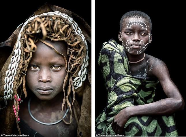 Bị vây cướp và bắt giữ, nhiếp ảnh gia chụp được bộ ảnh độc và ấn tượng về thổ dân Ethiopia ảnh 16