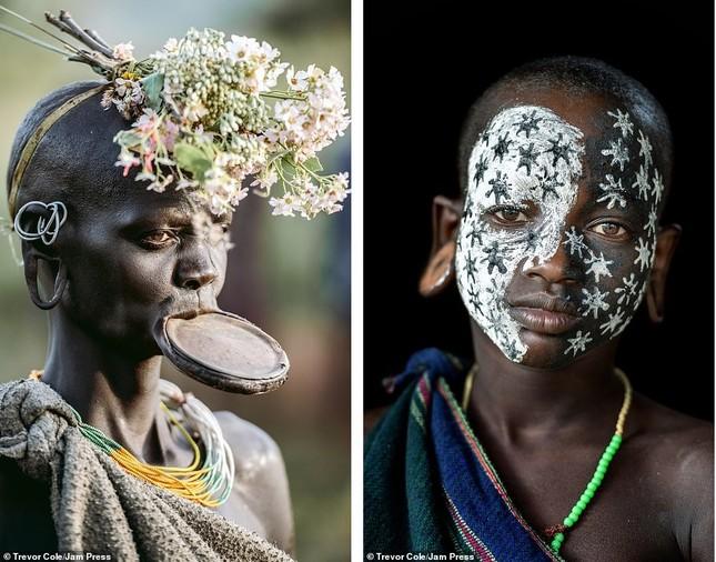 Bị vây cướp và bắt giữ, nhiếp ảnh gia chụp được bộ ảnh độc và ấn tượng về thổ dân Ethiopia ảnh 18