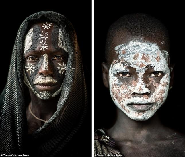 Bị vây cướp và bắt giữ, nhiếp ảnh gia chụp được bộ ảnh độc và ấn tượng về thổ dân Ethiopia ảnh 19