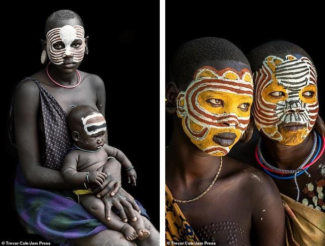 Bị vây cướp và bắt giữ, nhiếp ảnh gia chụp được bộ ảnh độc và ấn tượng về thổ dân Ethiopia ảnh 1