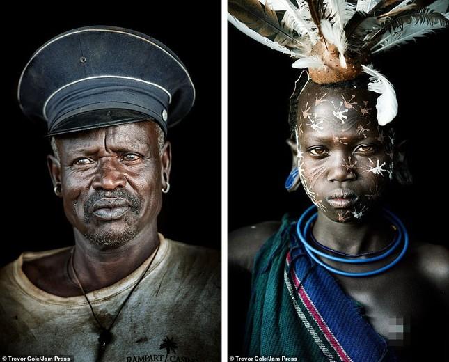 Bị vây cướp và bắt giữ, nhiếp ảnh gia chụp được bộ ảnh độc và ấn tượng về thổ dân Ethiopia ảnh 20