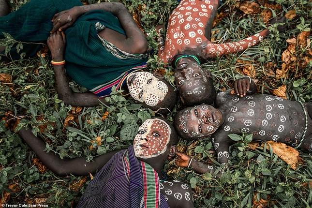 Bị vây cướp và bắt giữ, nhiếp ảnh gia chụp được bộ ảnh độc và ấn tượng về thổ dân Ethiopia ảnh 2