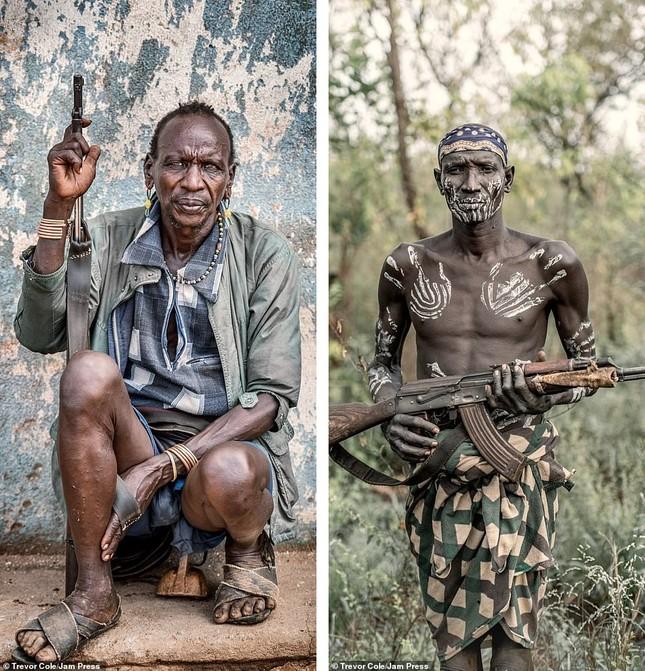 Bị vây cướp và bắt giữ, nhiếp ảnh gia chụp được bộ ảnh độc và ấn tượng về thổ dân Ethiopia ảnh 4