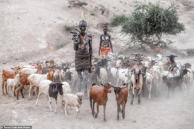Bị vây cướp và bắt giữ, nhiếp ảnh gia chụp được bộ ảnh độc và ấn tượng về thổ dân Ethiopia ảnh 6
