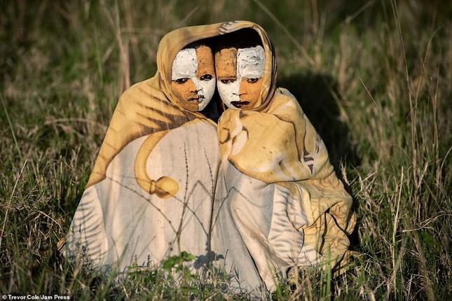 Bị vây cướp và bắt giữ, nhiếp ảnh gia chụp được bộ ảnh độc và ấn tượng về thổ dân Ethiopia ảnh 7