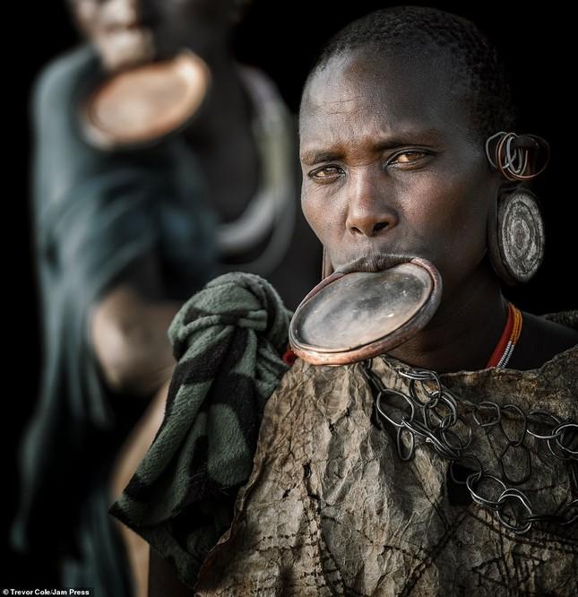 Bị vây cướp và bắt giữ, nhiếp ảnh gia chụp được bộ ảnh độc và ấn tượng về thổ dân Ethiopia ảnh 8