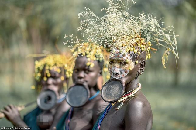 Bị vây cướp và bắt giữ, nhiếp ảnh gia chụp được bộ ảnh độc và ấn tượng về thổ dân Ethiopia ảnh 9