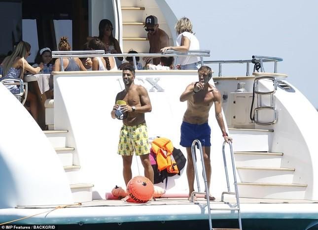 Messi ôm ấp bà xã nóng bỏng trên du thuyền, cùng gia đình Suarez đi nghỉ mát ảnh 11