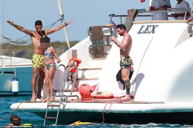 Messi ôm ấp bà xã nóng bỏng trên du thuyền, cùng gia đình Suarez đi nghỉ mát ảnh 12