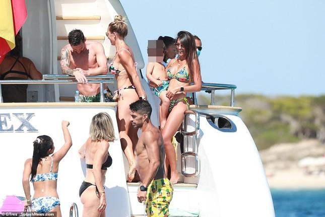 Messi ôm ấp bà xã nóng bỏng trên du thuyền, cùng gia đình Suarez đi nghỉ mát ảnh 15